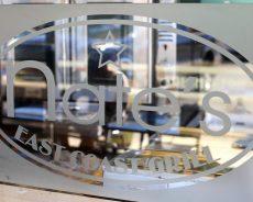Stiklo konstrukcijų panaudojimas versle: stikliniai stendai reklamai