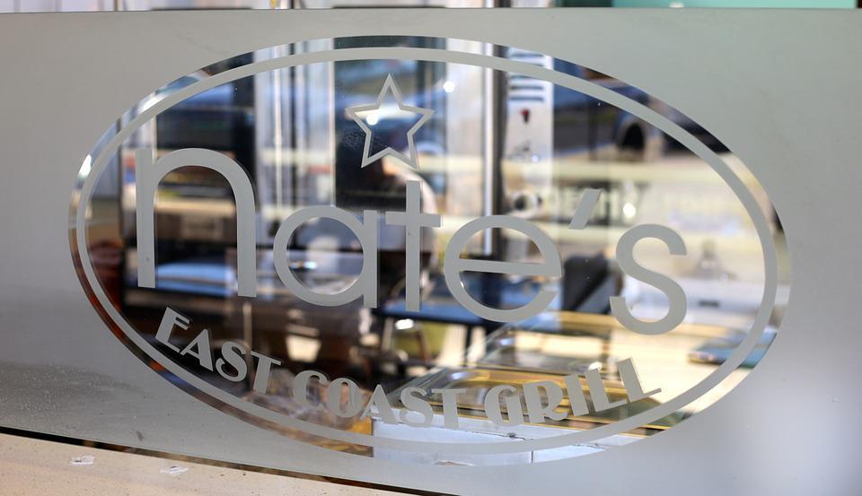 Stikliniai stendai reklamai: stiklo konstrukcijų panaudojimas versle